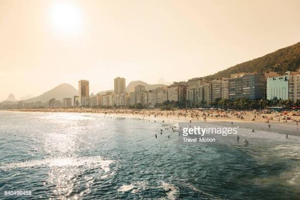 copacabana strand in rio de janeiro, brasilien - copacabana rio de janeiro stock-fotos und bilder