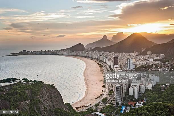 copacabana beach, rio de janeiro at dusk - copacabana rio de janeiro stock-fotos und bilder