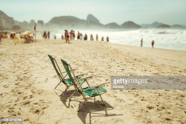 strand der copacabana, rio de janeiro, brasilien - copacabana rio de janeiro stock-fotos und bilder