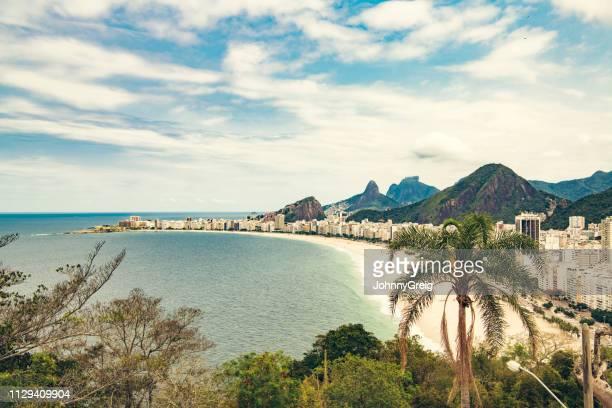 strand der copacabana, rio de janeiro - rio de janeiro stock-fotos und bilder