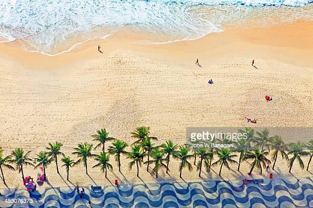 copacabana beach, rio de janeiro - copacabana rio de janeiro stock-fotos und bilder