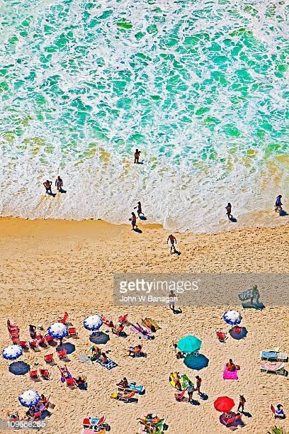 copacabana beach, sunbathers - strand von copacabana stock-fotos und bilder