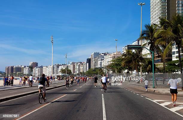 praia de copacabana domingo de manhã - avenida - fotografias e filmes do acervo