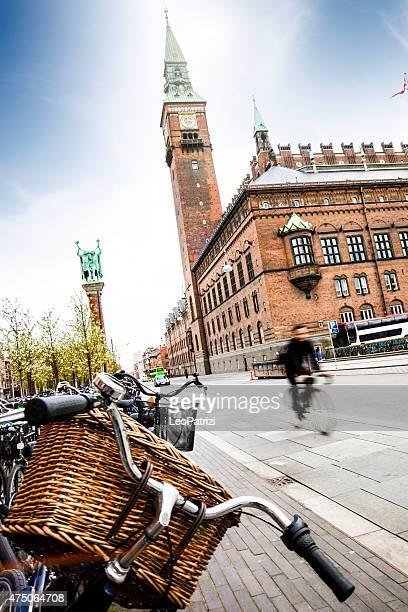 Kopenhagen city hall mit Fahrräder geparkt in the square