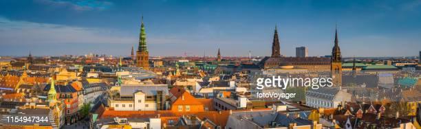 kopenhagen city spires luchtfoto panorama over daken bij zonsondergang denemarken - europese cultuur stockfoto's en -beelden
