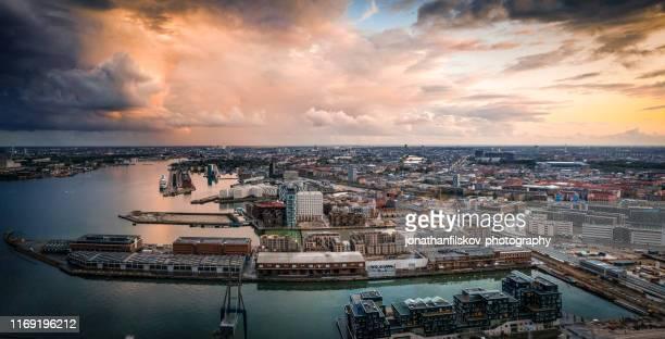 copenhagen cityscape: moderne architectuur aan zee - kopenhagen stockfoto's en -beelden