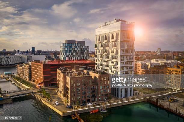 kopenhagener stadtbild: moderne architektur am meer - kopenhagen stock-fotos und bilder