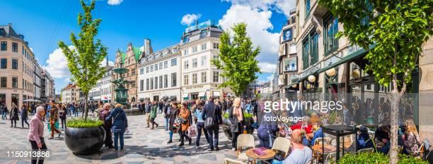 copenhague foules de acheteurs sur stroget shopping street panorama danemark - escapade urbaine photos et images de collection