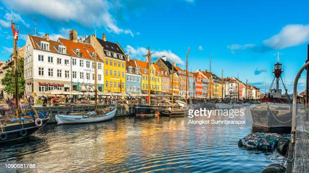 copenhagen, denmark on the nyhavn canal. - copenhague photos et images de collection