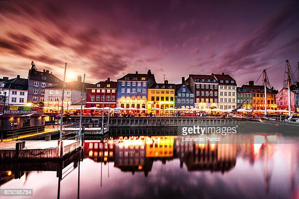 copenhagen famous canal with boats and typical architecture - dinamarca imagens e fotografias de stock