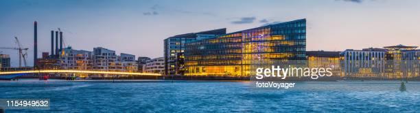 kopenhagen moderne haven herontwikkeling vesterbro panorama verlicht zonsondergang denemarken - kopenhagen stockfoto's en -beelden