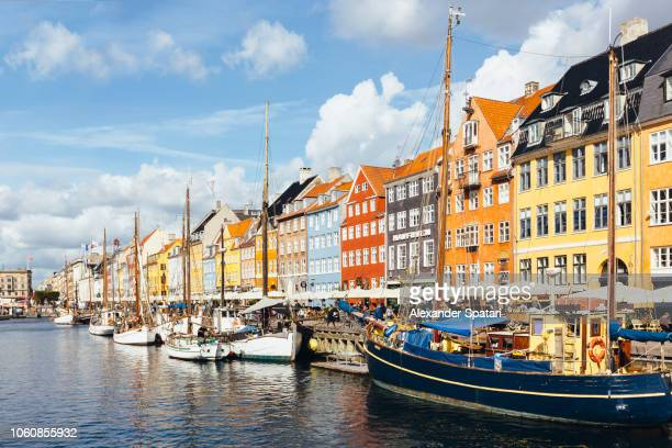copenhagen skyline on a sunny day with nyhavn harbor and colorful houses, denmark - copenhague photos et images de collection