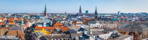 Panorama de chapiteles y tejados de Copenhague sobre paisaje urbano central Dinamarca