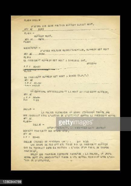 """Copie du """"flash"""" et des """"bulletins"""" émis le 22 novembre 1963 par l'Agence France Presse, pour annoncer le décès du Président Américain John F...."""