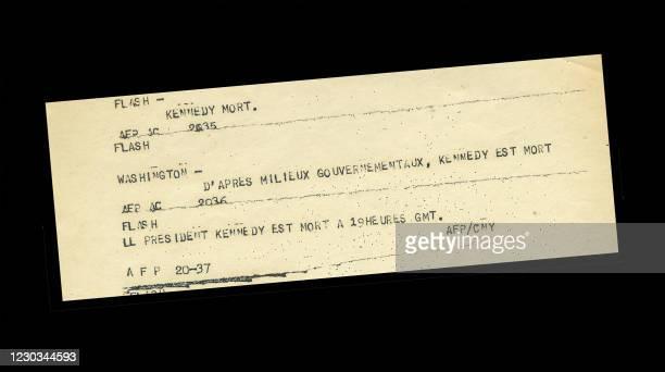 """Copie du """"flash"""" émis le 22 novembre 1963 par l'Agence France Presse, pour annoncer le décès du Président Américain John F. Kennedy assassiné à..."""