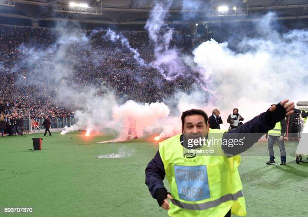 FUSSBALL INTERNATIONAL Coppa Italia Finale 2013/2014 AC Florenz SSC Neapel Ausschreitungen Fans des SSC Neapel werfen Pyros auf die Laufbahn