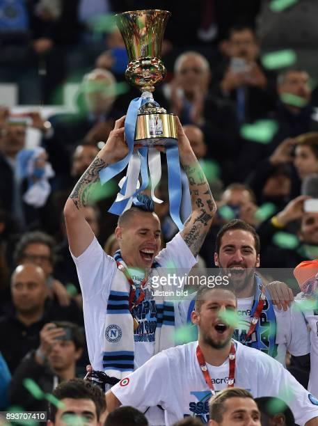 FUSSBALL INTERNATIONAL Coppa Italia Finale 2013/2014 AC Florenz SSC Neapel Siegerehrung Sieger SSC Neapel Marek Hamsik mit Pokal und Gonzalo Higuain