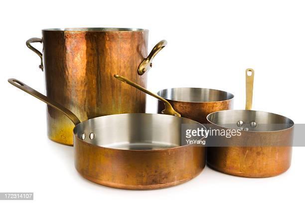 Ollas y cacerolas de cobre, utensilios de cocina, cacerola sobre fondo blanco