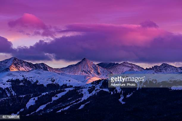 copper mountain and tenmile range mountain view winter sunset - chaîne de montagnes photos et images de collection