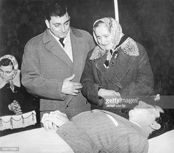 Coppi Fausto *Racing cyclist Italyhis mother and brother Livio in front of hisdead body