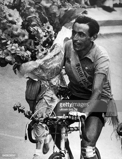 Coppi Fausto *Radrennfahrer Italien'Il Campionissimo' als strahlender Sieger der 'Tour de France' bei der Ehrenrunde im Pariser PrinzenparkStadion...
