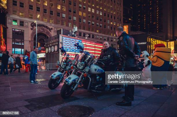 cops in times square - daniele carotenuto stock pictures, royalty-free photos & images