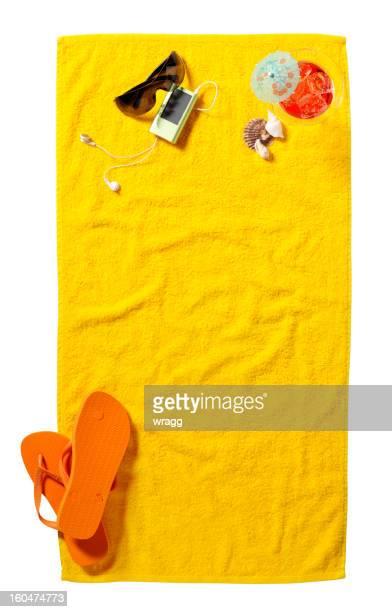 Espace de copie sur une serviette de plage jaune