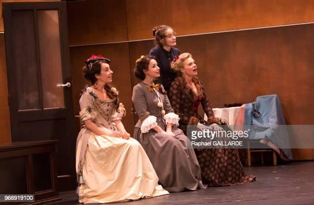 Coraly Zahonero Céline Samie Clotilde de Bayser et Rebecca Marder de la ComédieFrançaise interprètent au 'Théâtre du VieuxColombier' la pièce 'Les...