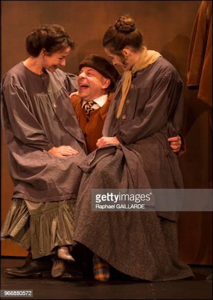 Coraly Zahonero Rebecca Marder et Christian Hecq de la ComédieFrançaise interprètent au 'Théâtre du VieuxColombier' la pièce 'Les Rustres' de Carlo...