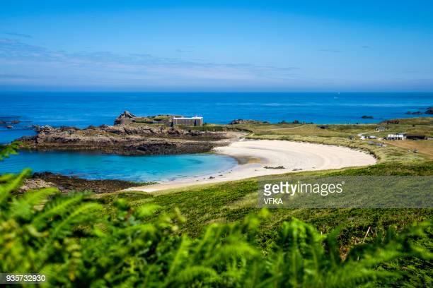 corblets beach, fort corblets, alderney, guernsey, channel islands - meerkanal stock-fotos und bilder