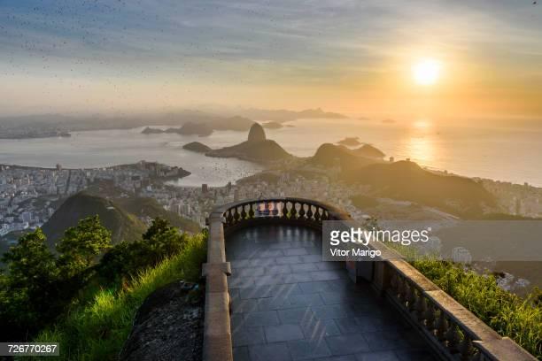 corcovado mountain during sunrise in rio de janeiro, brazil - rio de janeiro photos et images de collection