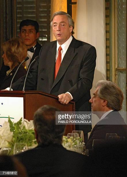 Nestor Kirchner Presidente de Argentina es escuchado por su homologo uruguayo Tabare Vazquez mientras brinda un discurso en la cena de bienvenida a...