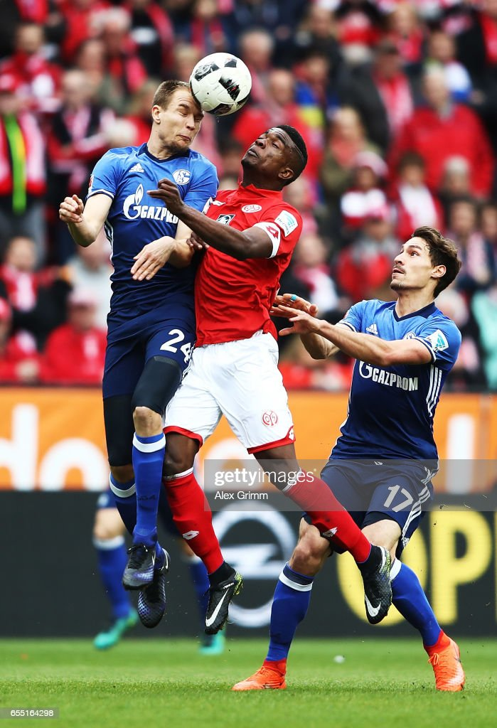 J. Cordoba Copete of FSV Mainz 05 challenges Holger Badstuber of Schalke 04 during the Bundesliga match between 1. FSV Mainz 05 and FC Schalke 04 at Opel Arena on March 19, 2017 in Mainz, Germany.