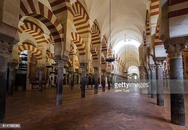 cordoba mesquita columns - mezquita fotografías e imágenes de stock