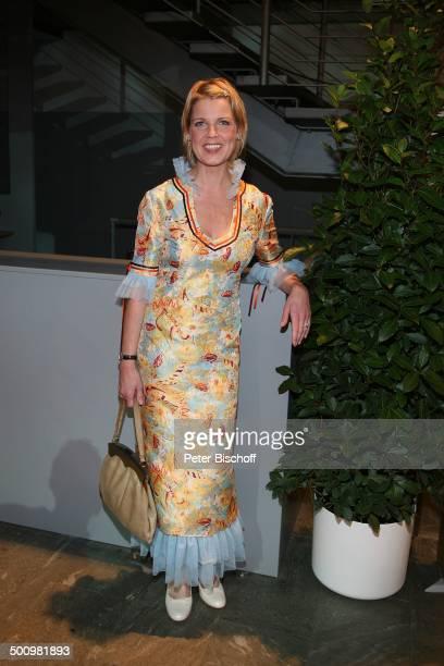 """Cordula Stratmann, ARD-Gala """"Deutscher Fernsehpreis 2006"""", Köln, Deutschland, , Prod.-Nr.: 1506/2006, """"Coloneum"""", Schmuck, Handtasche, Abendkleid,..."""