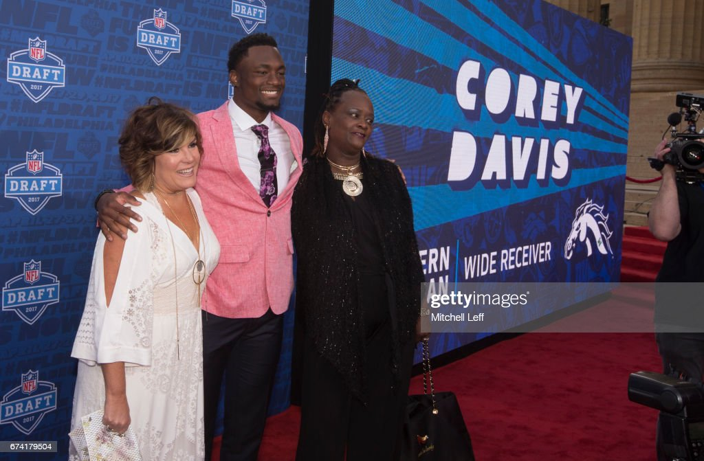 Corey Davis of Western Michigan poses with his family on the red carpet prior to the start of the 2017 NFL Draft on April 27, 2017 in Philadelphia, Pennsylvania.