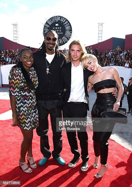 Cori Broadus rapper Snoop Dogg Friend's Place representative Jesse Helt and singer Miley Cyrus attend the 2014 MTV Video Music Awards at The Forum on...