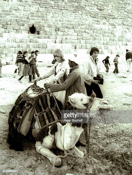 Corinna Reinhold MS E u r o p a Gizeh/Ägypten/Afrika Wüste Stein Felsen Sand Pyramide Kamel Kameltreiber reiten Einheimische Promi Promis Prominente...