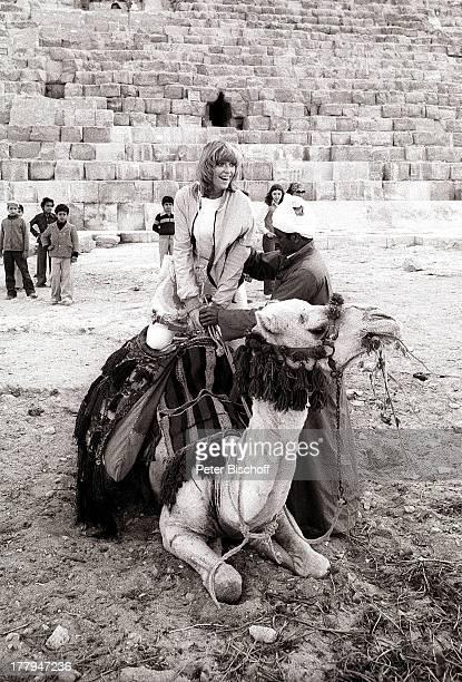 Corinna Reinhold Landausflug bei NordafrikaKreuzfahrt M S E u r o pa Gizeh Ägypten Afrika SW schwarzweissFoto Pyramide Kamel