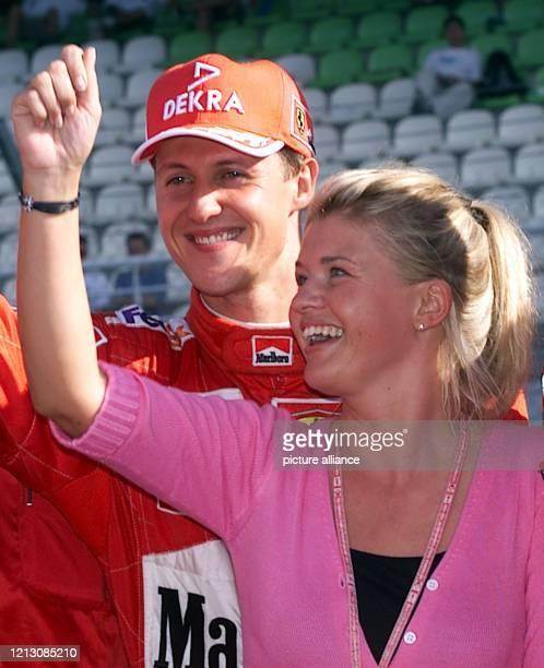 Corinna Schumacher, die Ehefrau des deutschen Ferrari-Formel 1-Piloten Michael Schumacher, bejubelt am nach dem Großen Preis von Malaysia auf der...