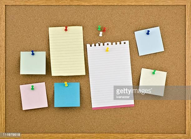Kork-Board mit leeren Notizen Pinnwandeintrag
