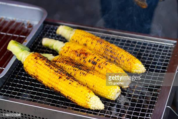 corn barbecue with sweet and spicy sauce. grilled corn is a popular japanese festival food. - 調理方法 ストックフォトと画像