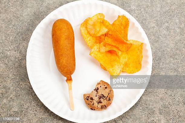 Corn Dogs, Chips und Kekse