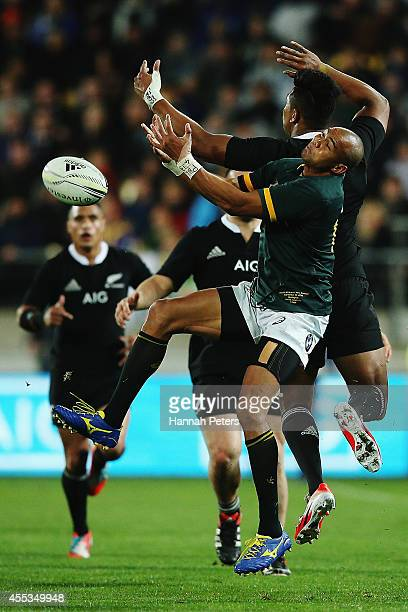 Cornal Hendricks of the Springboks misses the high ball during The Rugby Championship match between the New Zealand All Blacks and the South Africa...