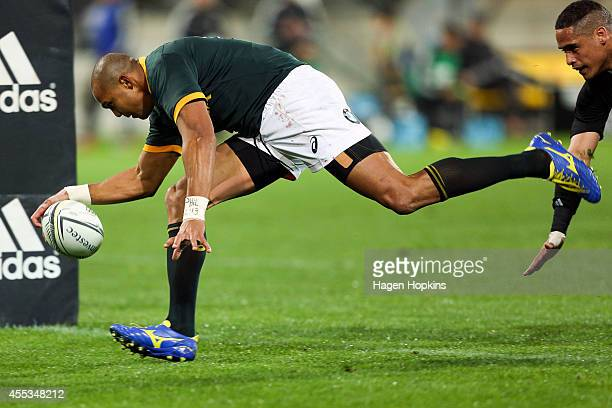 Cornal Hendricks of the Springboks scores a try during The Rugby Championship match between the New Zealand All Blacks and the South Africa...