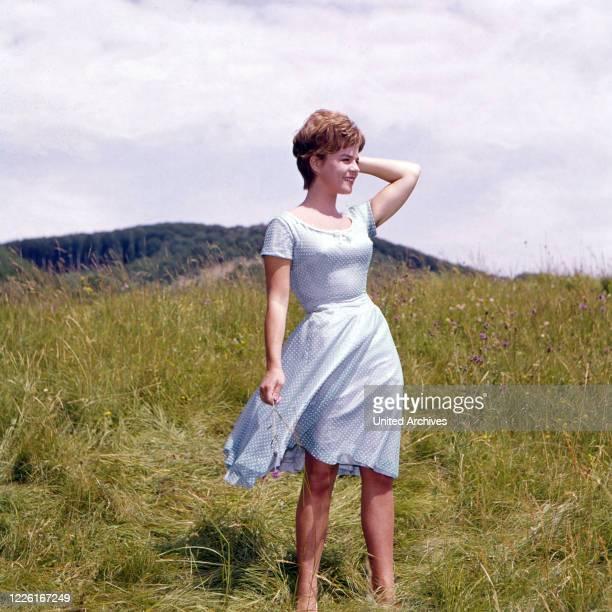 Cornelia Conny Froboess im Kleid in einem windigen Feld Deutschland 1960 Cornelia Conny Froboess wearing a blue dress Germany 1960