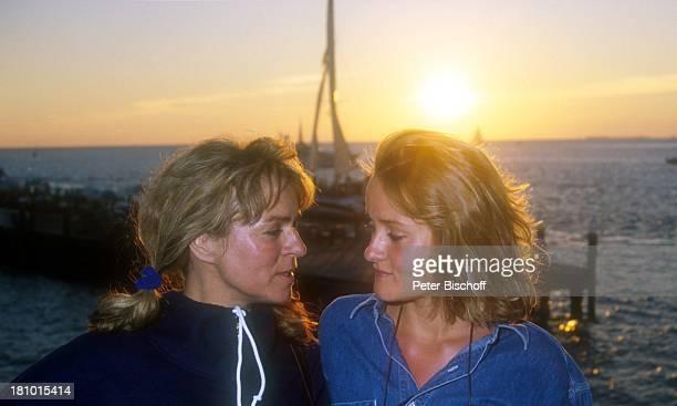 Cornelia Froboess Tochter Agnes Matiasek neben den Dreharbeiten zur ARDSerie Praxis BülowbogenAuslandsfolge Key West/Florida/USA PierHouseHotel...