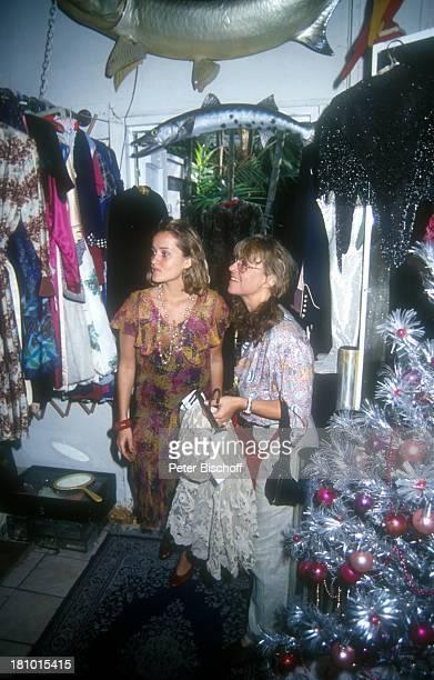 Cornelia Froboess Tochter Agnes Matiasek neben den Dreharbeiten zur ARDSerie Praxis BülowbogenAuslandsfolge Key West/Florida/USA SecondHand Boutique...