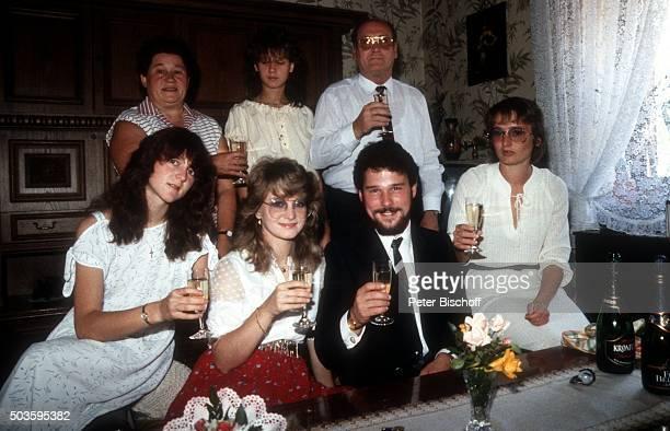 Cornelia Seibert Nicole Ehemann Winfried Seibert Elke Hohloch Klara Seibert Gast Vater Siegfried Hohloch Feier nach standesamtlicher Hochzeit am in...