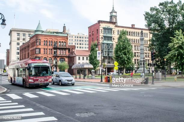 夏の日の間に裁判所の通り、スプリング フィールド マサチューセッツ州のメイン ・ ストリートのコーナー - スプリングフィールド ストックフォトと画像